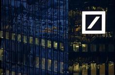 Dans une interview publiée lundi par le journal Frankfurter Allgemeine Zeitung, le président du directoire de Deutsche Bank, John Cryan, déclare que la banque allemande a augmenté les salaires de ses employés afin de compenser partiellement la baisse des primes. /Photo prise le 26 janvier 2016/REUTERS/Kai Pfaffenbach