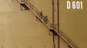 Рабочий спускается по лестнице на нефтехранилище компании Petroleum Pipeline Corporation (BOTAS) в Адане 19 февраля 2014. Саудовская Аравия в феврале сохранила добычу нефти примерно на уровне января, сообщил Рейтер источник в отрасли, и таким образом соблюдает достигнутое в феврале предварительное соглашение об остановке увеличения добычи. REUTERS/Umit Bektas