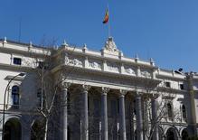 El Ibex-35 continuaba el lunes a media sesión con la senda alcista de las últimas sesiones y se ponía a tiro de los 9.200 puntos, con la fortaleza de los bancos impulsando al selectivo español tras las medidas anunciadas la semana pasada por el Banco Central Europeo.. En la imagen, vista general del edificio de la Bolsa de Madrid el 3 de marzo de 2016. REUTERS/Paul Hanna