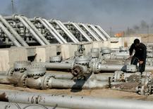 Les cours du pétrole rechutent lourdement lundi après de nouvelles déclarations iraniennes qui ont refroidi les espoirs que les grands producteurs parviennent dans un avenir proche à s'entendre sur un gel de la production à ses niveaux de janvier. Le baril de Brent de la mer du Nord est repassé sous le seuil des 40 dollars. /Photo d'archives/REUTERS/Mohammed Ameen
