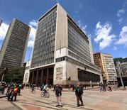 Residentes caminan frente al Banco Central de Colombia, en Bogotá. 7 de abril de 2015. El Banco Central de Colombia incrementaría su tasa de interés en 25 puntos base a un 6,50 por ciento en su reunión de política monetaria del viernes, debido a que persiste al aumento en las expectativas de inflación, reveló el lunes un sondeo de Reuters. REUTERS/Jose Miguel Gomez
