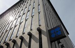 El logo de la OPEP en su sede en Viena, ago 21, 2015. La OPEP predijo el lunes que la demanda global de su petróleo en 2016 será menor de lo previsto, en momentos en que la oferta de productores rivales demuestra mayor resistencia a los bajos precios, elevando el exceso de suministros en el mercado este año.      REUTERS/Heinz-Peter Bader