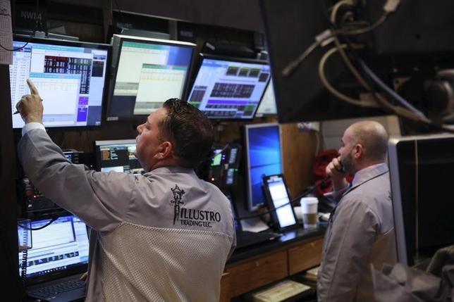 3月14日の米国株式市場はほぼ変わらず。写真はNY証券取引所のトレーダー(2016年 ロイター/Lucas Jackson)