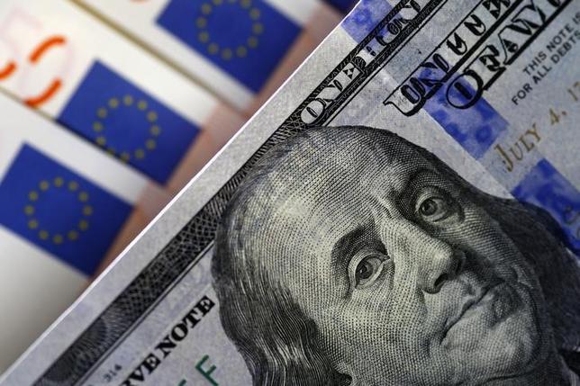 3月14日終盤のニューヨーク外為市場では、ドルが対ユーロで上昇した。写真はドルとユーロの紙幣、昨年3月撮影(2016年 ロイター/Stoyan Nenov)