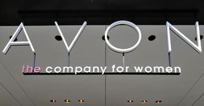 Le groupe de cosmétiques Avon Products va transférer son siège social en Grande-Bretagne dans le cadre d'un programme de redressement triennal. /Photo d'archives/REUTERS/Brendan McDermid