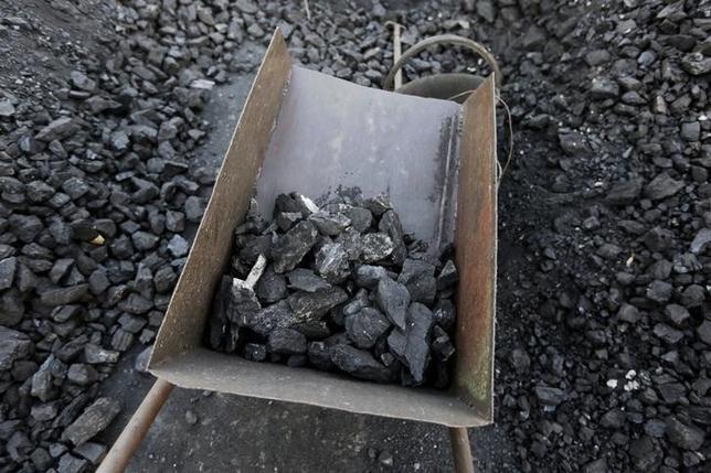 3月13日、中国北東部の黒竜江省双鴨山市で週末、賃金未払いを訴える竜煤集団の炭鉱労働者らによる抗議活動が発生し、数千人規模のデモに発展した。写真は黒竜江省で昨年10月撮影(2016年 ロイター/Jason Lee)