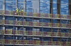 Un 80 por ciento de los miembros de la Confederación de la Industria Británica quiere que Reino Unido permanezca en la Unión Europea, dijo el martes el grupo de empleadores, respondiendo a quienes critican su postura a favor de seguir siendo parte del bloque. En la imagen, trabajadores en una construcción de un edificio en Battersea en Londres, Reino Unido, el 7 de marzo de 2016. REUTERS/Toby Melville