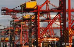 Краны в порту Мельбурна 9 июня 2009 года. Крупнейший в Австралии оператор портов и железных дорог Asciano Ltd во вторник принял предложение от двух глобальных консорциумов о поглощении за A$9,1 миллиарда ($6,8 миллиарда) после семимесячной борьбы, однако сомнения, связанные с вопросами антимонопольного законодательства и иностранного владения, сохраняются. REUTERS/Mick Tsikas