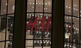 Логотип Hennes & Mauritz (H&M) на магазине компании в Ницце 8 марта 2016 года.  Продажи шведского ритейлера одежды и аксессуаров Hennes & Mauritz в феврале выросли на 10 процентов в годовом выражении в местных валютах, немного не дотянув до усредненного прогноза опрошенных Рейтер аналитиков на уровне 11 процентов.  REUTERS/Eric Gaillard