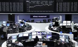 Las bolsas europeas caían el martes al principio de la jornada, siguiendo los débiles precios de las materias primas y las pérdidas en Asia, donde los mercados bajaban después de que el Banco de Japón mantuviera su política estable y ofreciera perspectivas menos positivas sobre la economía del país.  En la imagen, operadores trabajan en sus escritorios delante del índice de precios alemán DAX, en la bolsa de Fráncfort, Alemania, el 11 de marzo de 2016.     REUTERS/Staff/Remote