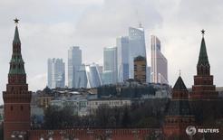 Вид на башни московского Кремля и Москва-сити  27 февраля 2016 года. Кремль сожалеет о рекомендации властей Евросоюза банкам не участвовать в размещении российских евробондов, последовавшей вслед за аналогичным решением американских регуляторов. REUTERS/Grigory Dukor