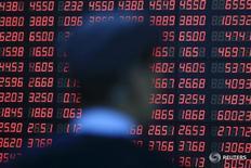 Инвестор изучает информацию о котировках в брокерской конторе в Шанхае 14 марта 2016 года. Китайский фондовый рынок завершил торги вторника умеренным повышением, сумев отыграть первоначальные потери благодаря росту котировок акций финансовых компаний, а также компаний потребительского сектора и сектора недвижимости. REUTERS/Aly Song