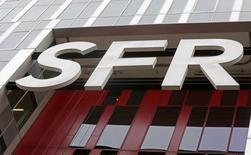 La empresa francesa SFR dijo que aceleraría la inversión en servicios de Internet móvil de alta velocidad para tratar de alcanzar a sus rivales después de perder alrededor de un millón de clientes móviles el año pasado.  En la imagen de archivo, el logo de SFR se ve en un edificio de la compañía en el Campus SFR en Saint Denis, cerca de París, Francia, el 22 de febrero de 2016/REUTERS/Jacky Naegelen