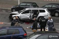 Полиция на месте взрыва автомобиля Volkswagen на Бисмаркштрассе в Берлине 15 марта 2016 года. Полиция исключила террористический акт в качестве причины взрыва автомобиля, двигавшегося по центру Берлина, но предположила, что в машине сработало взрывное устройство. REUTERS/Fabrizio Bensch