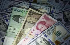 Банкноты разных стран на фоне 100-долларовых банкнот. Доллар потерял более 1 процента к иене во вторник, так как слабые данные о розничных продажах в США усложнили поиски безопасных вложений для инвесторов на фоне падения цен на нефть и снижения мировых фондовых рынков.   REUTERS/Kim Hong-Ji