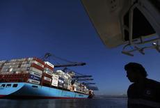 Un barco carguero en el puerto de Lázaro Cárdenas, México, nov 21, 2013. América Latina anotó un déficit fiscal del 3,0 por ciento en 2015 y un aumento de su deuda pública, en medio de un entorno de menor dinamismo económico, mientras que este año se vislumbra un panorama heterogéneo para la región, dijo el martes un informe de la CEPAL.   REUTERS/Edgard Garrido