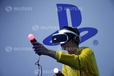 Visitante joga usando o PlayStation VR na Paris Games Week, feira de video games em Paris. 28 de outubro de 2015. REUTERS/Benoit Tessier