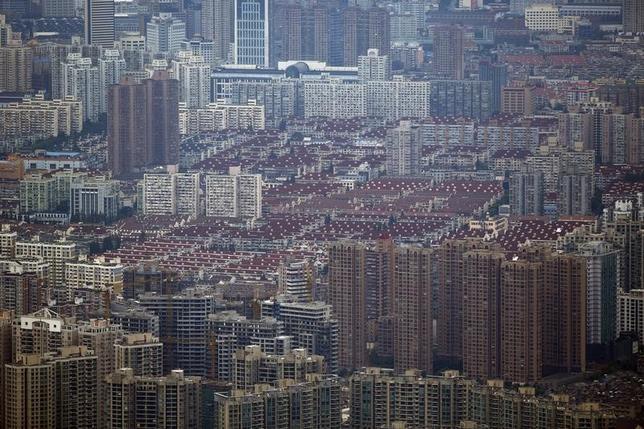 3月14日、中国の不動産市場が一部で過熱の兆候が出ていると警戒する声が全人代で出ており、野放し状態のオンライン融資が住宅バブルをあおるのではないかと懸念が高まっている。上海の浦西地区にある住宅地。2013年8月撮影(2016年 ロイター/Carlos Barria)