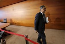 El gobernador del Banco de Japón, Haruhiko Kuroda, dijo que hay margen para recortar los tipos de interés a cerca del -0,5 por ciento, respondiendo a las crecientes sospechas de que las críticas a la decisión de enero de adoptar tipos negativas le impedirían continuar adelante con la política. En la imagen, Kuroda tras una rueda de prensa en la sede el BOJ en Tokio, el 15 de marzo de 2016. REUTERS/Toru Hanai
