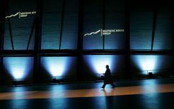 Deutsche Börse a confirmé son projet de fusion entre égaux avec le London Stock Exchange (LSE), une opération qui devrait permettre aux deux opérateurs de Bourses de dégager 450 millions d'euros synergies par an. /Photo d'archives/REUTERS