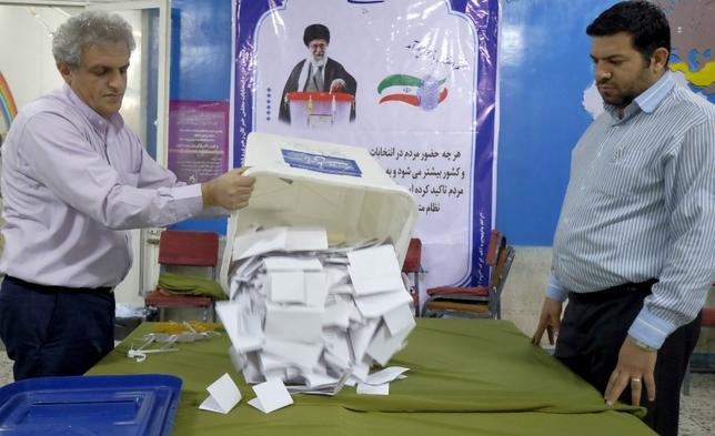 3月15日、イランは来月、定数290議席の国会のうち、2月26日の選挙(写真)で一定得票に達しなかった69議席について決選投票を行う。テヘランで2月撮影。提供写真(2016年 ロイター/Raheb Homavandi/TIMA)