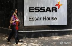 Сотрудники проходят мимо логотипа Essar Group у штаб-квартиры компании в Мумбаи 20 мая 2013 года. Крупнейшая российская нефтекомпания Роснефть интересуется вхождением в капитал индийской Essar Oil Limited, сообщила Роснефть. REUTERS/Vivek Prakash