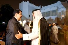 Президент Венесуэлы Николас Мадуро (слева) жмет руку эмиру Катара Тамиму бин Хамаду Аль Тани на встрече в Катаре 4 сентября 2015 года. Катар в среду назвал время и место волнующей рынки встречи стран-производителей нефти: 17 апреля в Дохе. Экспортеры обсудят согласованный отказ от наращивания добычи ради восстановления цен. Фото предоставлено пресс-службой венесуэльского президента. REUTERS/Miraflores Palace/Handout via Reuters