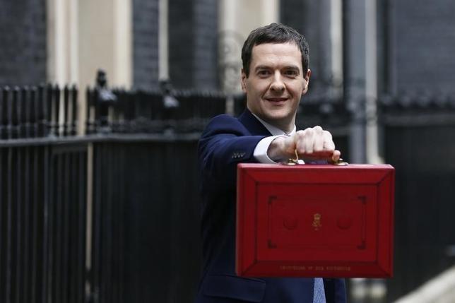 3月16日、オズボーン英財務相は16日、2016/17年度予算案を議会に提出した。写真は16日、ロンドンで予算案の入ったブリーフケースを見せるオズボーン財務相(2016年 ロイター/Stefan Wermuth)