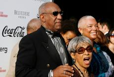 Comedian Bill Cosby, his wife Camille (R), and actress Ruby Dee (C) arrive for the Apollo Theatre's 75th anniversary gala in New York, June 8, 2009.  REUTERS/Lucas Jackson