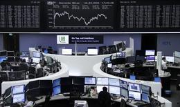 Las acciones europeas cedieron ganancias previas para cerrar estables el miércoles, después de que un informe mostrara que la inflación en Estados Unidos avanzó más de lo esperado el mes pasado, con un mercado soportado por el alza en los títulos de empresas de energía y automotrices. En la imagen, varios operadores financieros trabajan en la Bolsa de Fránkfort, el 16 de marzo de 2016.     REUTERS/Staff