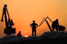 Los declives en el comercio exterior de China se reducirán después de marzo, aunque se espera que las condiciones comerciales sean más severas este año que en 2015, dijo el miércoles un portavoz del Ministerio de Comercio. En la imagen, trabajadores cargan productos importados en el puerto de Nantong en la provicia de Jiangsu, China, el 24 de febrero de 2016. REUTERS/China Daily