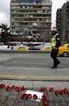 """Цветы на месте взрыва в Анкаре, прогремевшего в воскресенье, и пострадавшее от него здание. """"Ястребы свободы Курдистана"""", действующая в Турции группировка боевиков, взяли на себя ответственность за взрыв автомобиля в Анкаре, в результате которого погибли 37 человек, следует из заявления, опубликованного на сайте формирования в четверг. REUTERS/Umit Bektas"""