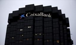 Caixabank e Isabel dos Santos están acercando posiciones y disponen ya de un borrador de acuerdo sobre BPI que contempla que el banco español adquiera la participación en manos de la empresaria angoleña, dijo una fuente con conocimiento del acuerdo. En la imagen, el logo de la entidad en su sede en Barcelona el 29 de enero de 2016. REUTERS/Albert Gea - RTX24I95