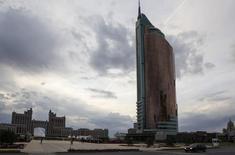 Штаб-квартира компании Казмунайгаз в Астане. Казахстан, чья госнефтекомпания намерена в этом году если не сохранить, то нарастить нефтедобычу, пока не получил приглашения на встречу нефтепроизводителей в Дохе 17 апреля, в ходе которой предполагается обсудить мировой уровень добычи сырья, сказал министр энергетики Владимир Школьник.  REUTERS/Shamil Zhumatov