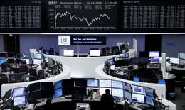 Operadores trabajando en la Bolsa de Fráncfort, Alemania, 16 de marzo de 2016. Las bolsas europeas subían el jueves después de que la Reserva Federal estadounidense indicó que reducirá las alzas de las tasas de interés previstas para este año, lo que impulsaba a los mercados bursátiles. REUTERS/Staff/Remote