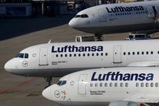 Aviones de la aerolínea alemana Lufthansa en el aeropuerto de Fráncfort, Alemania, 17 de marzo de 2016. La aerolínea alemana Lufthansa prevé una ganancia sólo marginalmente mayor en 2016, pese a la baja en los precios de los combustibles, con la advertencia de la competencia del recorte de precios y el declive de las tarifas promedio mientras intenta impulsar a su negocio de vuelo económicos Eurowings. REUTERS/Kai Pfaffenbach