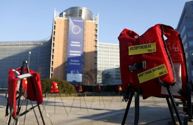 3月17日、EU首脳会議は、移民や難民のギリシャへの流入抑制に向けたトルコへの提示案で合意した。合意に反対する人権団体は、会議会場の前に救命胴衣を並べて抗議した(2016年 ロイター/Francois Lenoir)