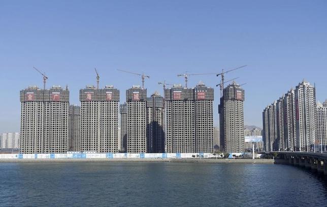 3月18日、2月の中国70都市の新築住宅価格は前年比3.6%上昇した。これは2014年6月以降で最大の上昇率。大都市の需要が旺盛だった。写真は大連市で昨年11月撮影。提供写真(2016年 ロイター/China Daily)