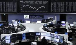 Operadores trabajando en la Bolsa de Fráncfort, Alemania, 16 de marzo de 2016. Las bolsas europeas rebotaban luego de caer inicialmente en la sesión del viernes, gracias a que los valores del sector bancario revirtieron su tendencia bajista. REUTERS/Staff/Remote