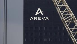 Las negociaciones de la española Gamesa y Siemens para fusionar sus activos eólicos no incluirán la tecnología para eólica offshore de Areva, socia de Gamesa en Adwen, ni contempla construir una fábrica de aerogeneradores en Francia, dijeron a Reuters dos fuentes familiarizadas con la situación.  En la imagen, un logotipo en la Torre Areva, en la sede del fabricante francés de reactores nucleares en París, Francia, el 8 de marzo de 2016. REUTERS/Christian Hartmann