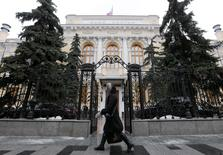 La banque centrale russe a revu en légère baisse ses prévisions de croissance économique pour cette année et les deux prochaines dans son rapport trimestriel sur la politique monétaire, publié vendredi après l'annonce du maintien de son taux directeur. L'institution prévoit une contraction du PIB russe de 1,3% à 1,5% en 2016 et une évolution comprise entre -0,5% et +0,5% en 2017. /Photo prise le 29 janvier 2016/REUTERS/Maxim Zmeyev