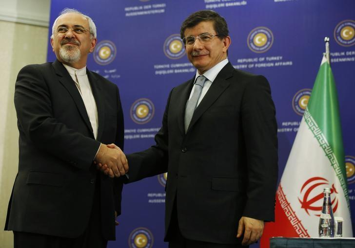 Iran's Foreign Minister Mohammad Javad Zarif (L) shakes hands with his Turkish counterpart Ahmet Davutoglu during a joint news conference in Istanbul January 4, 2014. REUTERS/Murad Sezer
