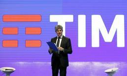 Telecom Italia confirmó el lunes que su consejero delegado, Marco Patuano, dejará el cargo. Imagen de Patuano delante del nuevo logo de la filial brasileña TIM en Roma, Italia, 13 de enero de 2016. REUTERS/Remo Casilli