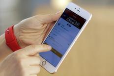 Apple lanzará previsiblemente el lunes un iPhone más barato y pequeño dirigido a los mercados emergentes y posiblemente a China, el mayor comprador de teléfonos avanzados del mundo, mientras trata de revertir una disminución de las ventas mundiales de su principal producto.  En la imagen de archivo, un empleado usa un iPhone de Apple para mostrar a la prensa cómo pagar mediante el servicio de Apple Pay en una Apple Store en Pekín, China, el 17 de febrero de 2016.  REUTERS/Damir Sagolj