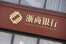 Вывеска China Zheshang Bank на здании отделения банка в Пекине.  Китайский банковский регулятор призвал кредиторов не выплачивать чрезмерно высоких дивидендов и ограничить риски, связанные с долговой нагрузкой местных властей, сообщили Рейтер два источника, непосредственно знакомые с ситуацией, в понедельник. REUTERS/Kim Kyung-Hoon