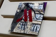 Le groupe hôtelier américain Marriott International a annoncé lundi avoir conclu un nouvel accord de fusion avec son compatriote Starwood Hotels & Resorts Worldwide, également convoité par un consortium emmené par le chinois Anbang Insurance Group. L'offre amendée valorise Starwoord (marques Sheraton et Westin) à 13,6 milliards de dollars au total.  /Photo prise le 3 mars 2016/REUTERS/Jacky Naegelen