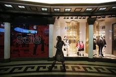 Женщина в торговом центре в Москве. 19 декабря 2014 года. Оборот розничной торговли в России в феврале 2016 года составил 2,09 триллиона рублей, что на 5,9 процента ниже аналогичного периода 2015 года и на 2,5 процента - предыдущего месяца, сообщил Росстат. REUTERS/Maxim Zmeyev