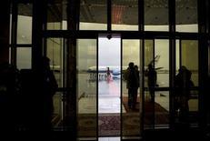 Госсекретарь США Джон Керри прибывает в аэропорт Душанбе 3 ноября 2015 года. Таджикистан обсудил возможность покупки самолетов у Airbus, сообщило правительство. REUTERS/Brendan Smialowski/Pool