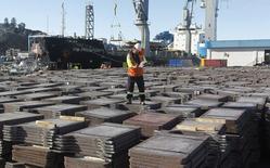 Un trabajador revisa un cargamento de cobre en el puerto de Valparaíso, Chile, ene 25, 2015. El gobierno chileno recortó el lunes su previsión de crecimiento de la economía en este año a un 2,0 por ciento desde el 2,75 por ciento, por la débil demanda interna y el bajo aporte de la minería del cobre, la principal exportación del país.  REUTERS/Rodrigo Garrido