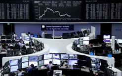 Operadores trabajando en la Bolsa de Fráncfort, Alemania, 21 de marzo de 2016. Las acciones europeas cerraron el lunes con una ligera baja, debido a que la caída de los papeles de empresas de materias primas dejaron sin efecto las alzas de Bayer y Telecom Italia. REUTERS/Staff/Remote